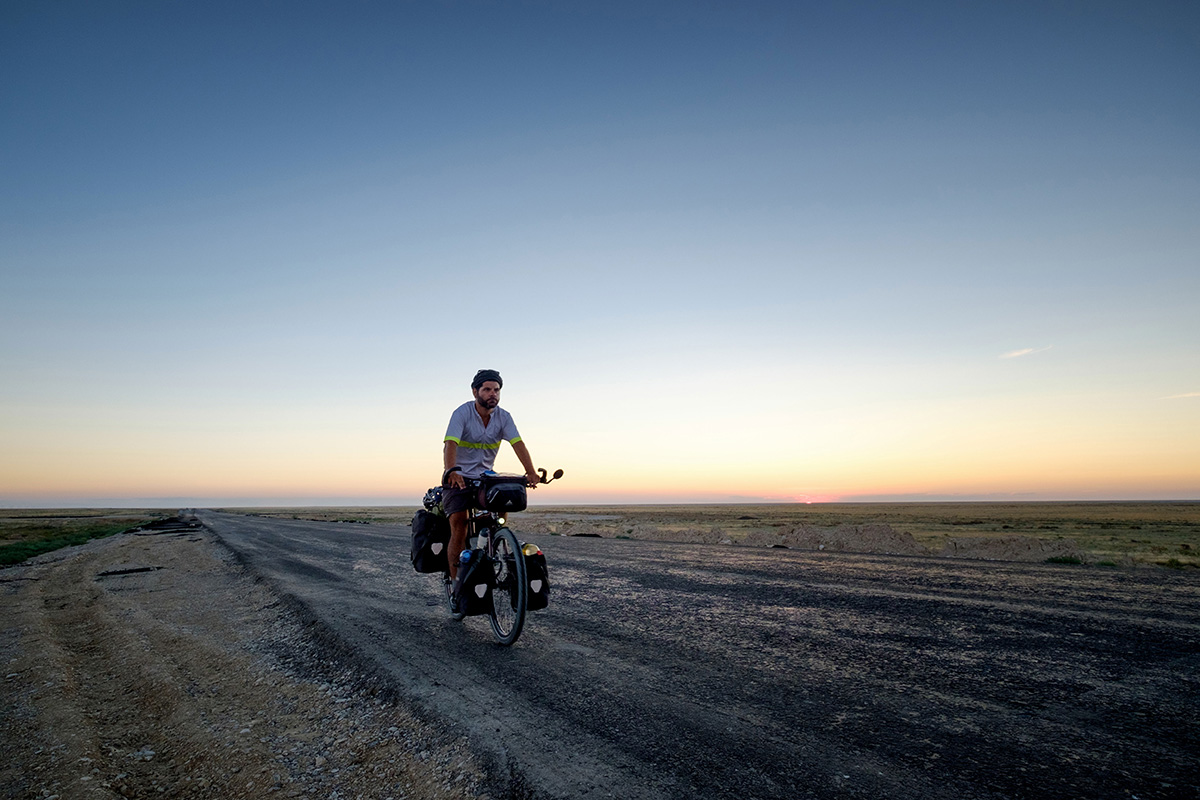 Ma lumière éclaire ma route en plein milieu du désert au Kazakhstan.