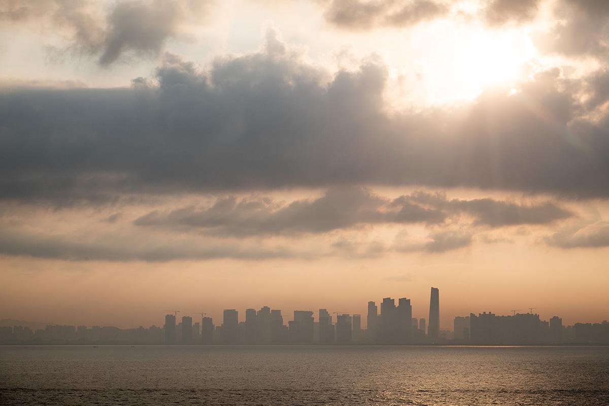 Ma première vue de la péninsule coréenne : la ville d'Incheon au matin.