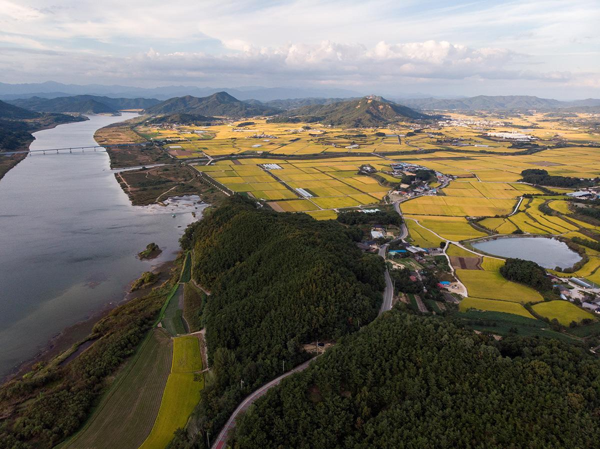 Chaque espace plat est utilisé pour l'agriculture, et les cours d'eau sont présents dans tous les paysages.