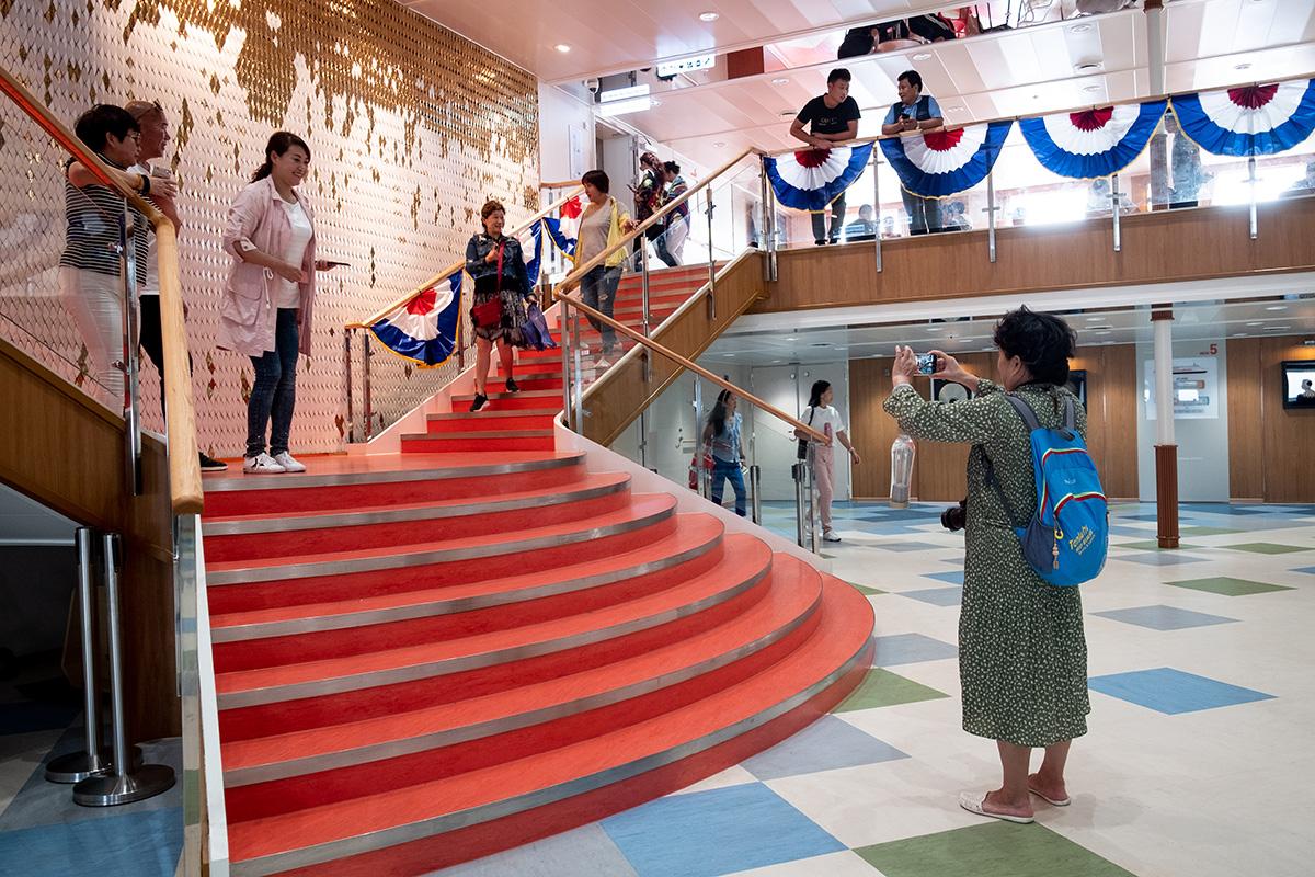 On se croirait à bord du Titanic au milieu de la salle principale du traversier.