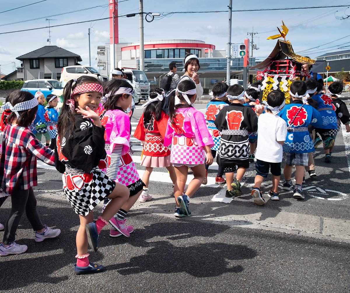 Les filles alternent aux garçons avec différentes constructions et costumes.