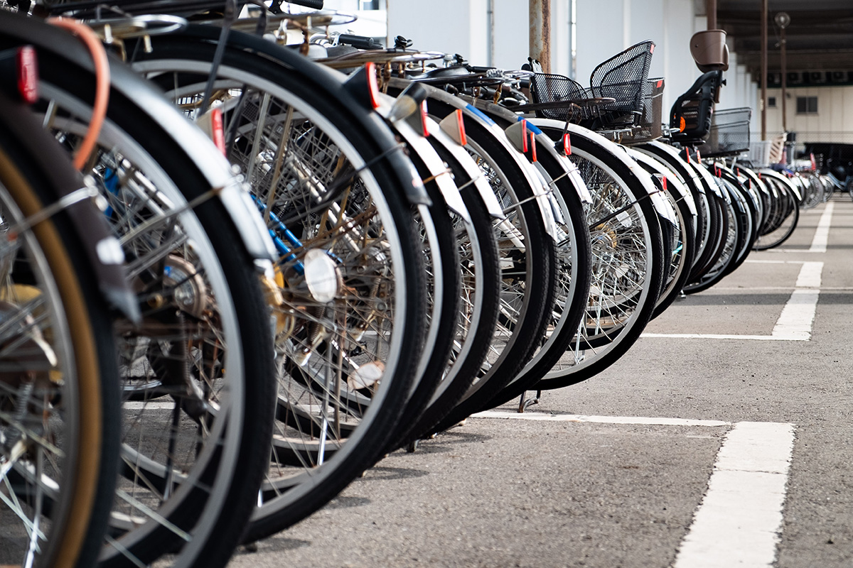 Des millions de Japonais vont tous les jours au travail en vélo. En voici quelques centaines en bordure d'une entrée d'une station de train.