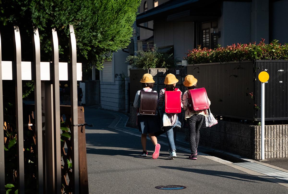 Quelques jeunes écoliers japonais. Même les sacs d'école dans ce pays semblent uniques ou sortis d'un autre âge.