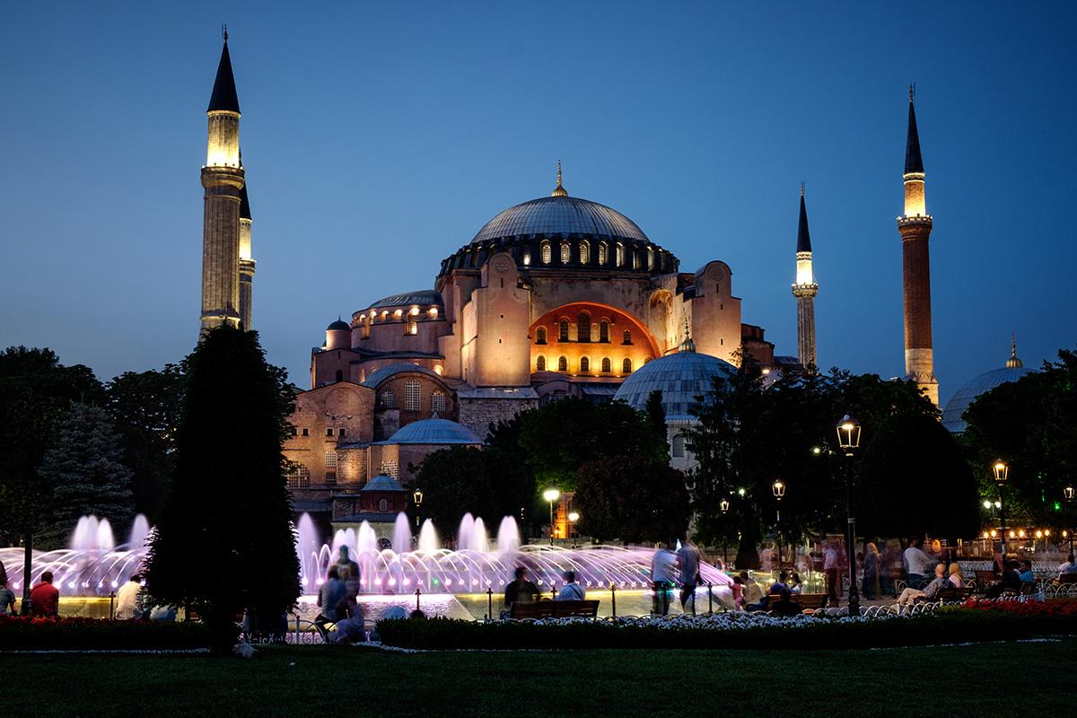 L'immense Hagia Sophia, église devenue mosquée devenue musée, au centre d'Istanbul, en Turquie.