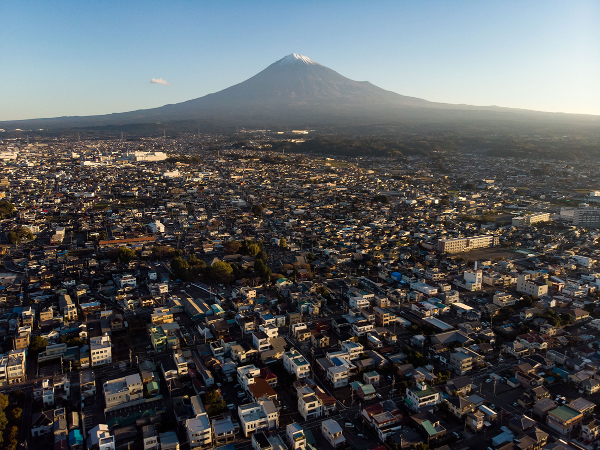 La ville de Fujinomiya à l'aube, au pied du mont Fuji.
