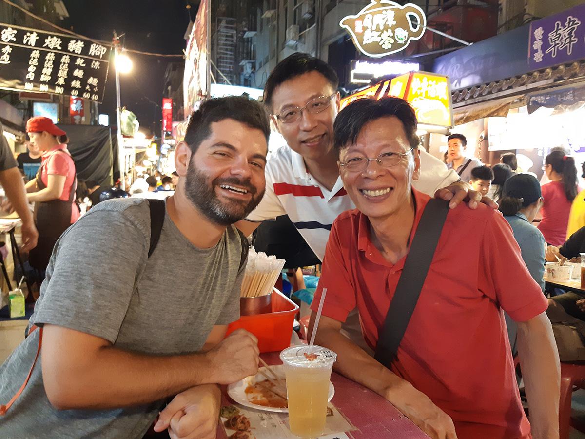 En compagnie de Luke, à droite, et de James, à l'un des nombreux marchés de nuit de Taipei.