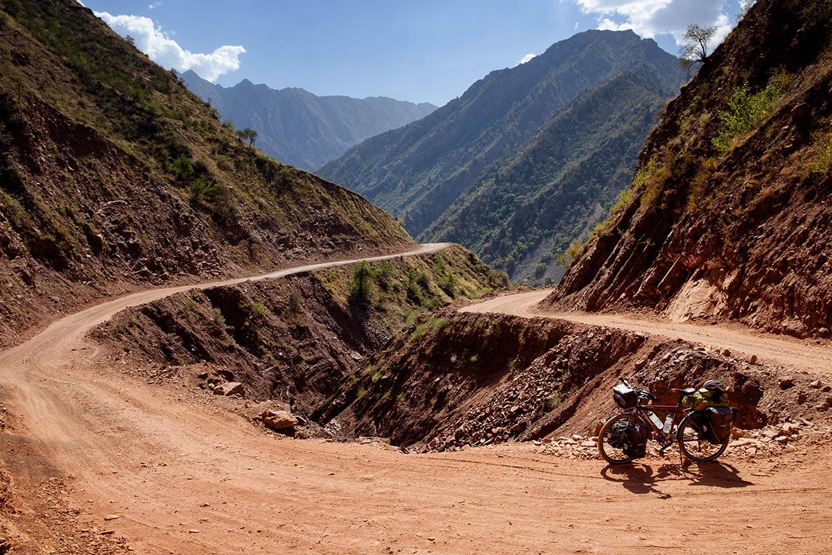 Une vis de mon support à bagages arrière a brisé dans cette route difficile du Tadjikistan. La réparation a été effectuée avec l'aide d'un bon samaritain.