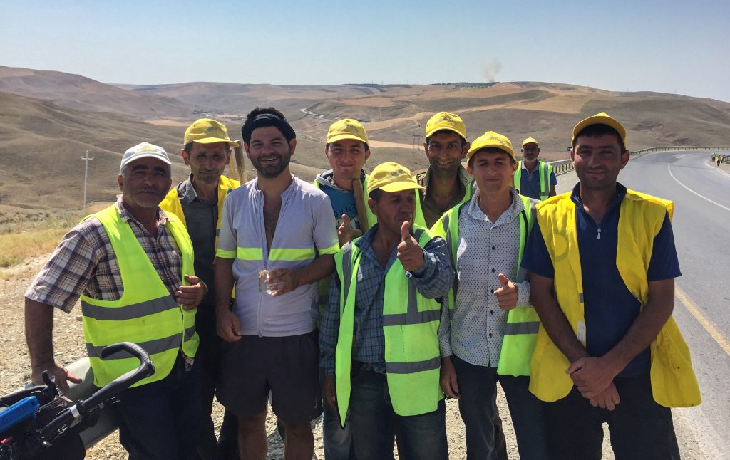 En compagnie de travailleurs de la voirie en Azerbaïdjan.