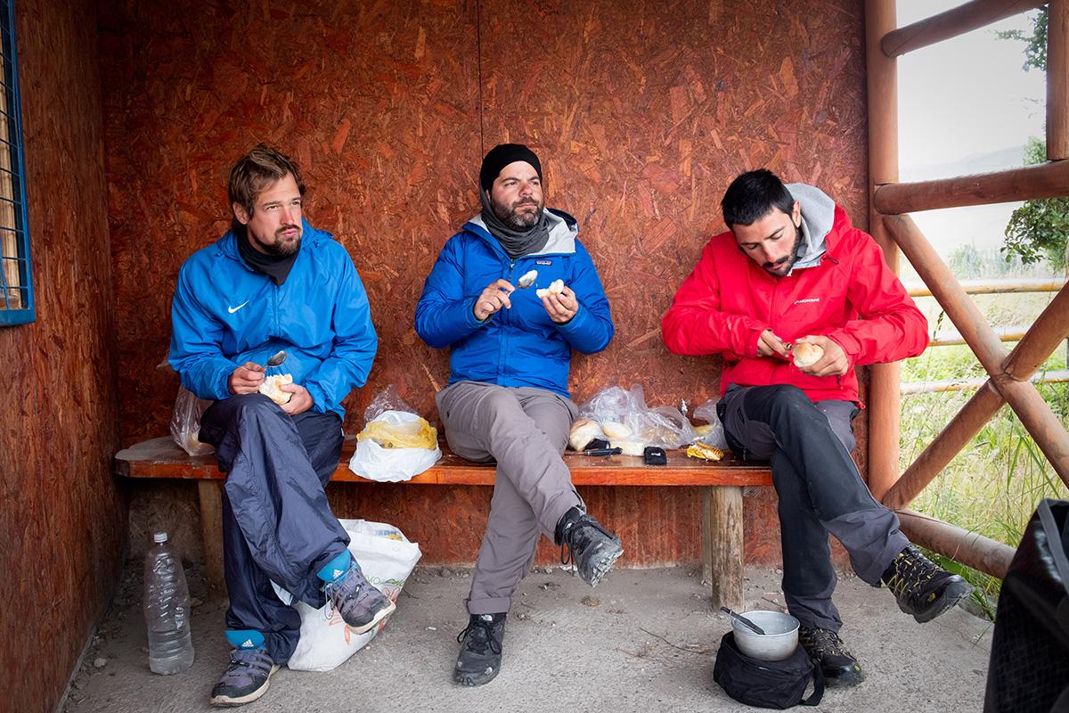 Partager un « repas » avec un Allemand et un Italien dans un arrêt d'autobus du Chili.