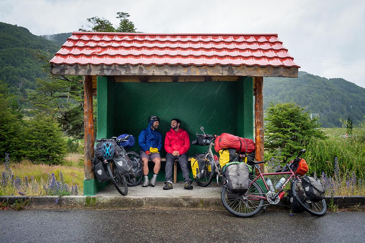 Davide et moi gardons le sourire même sous la pluie.