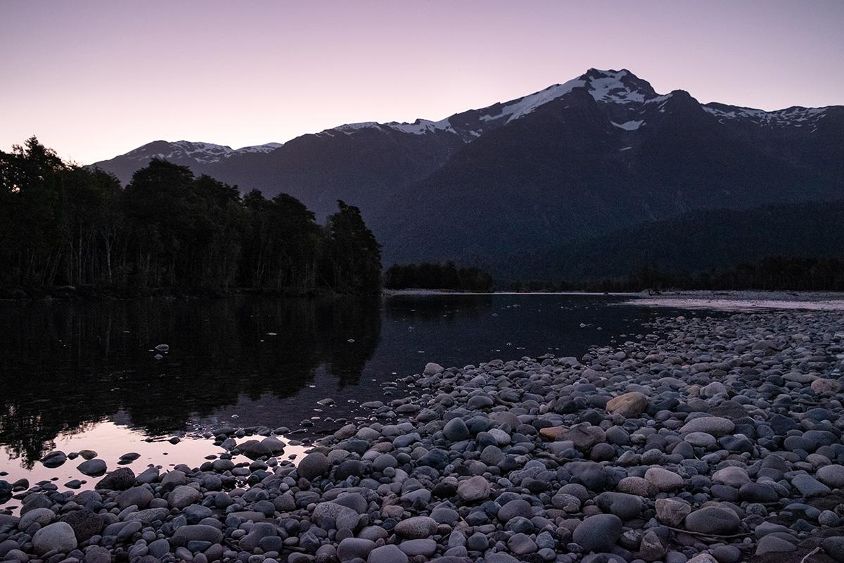 Une autre soirée entre rivière et montagnes. On ne voit pas les taons dans cette photo !