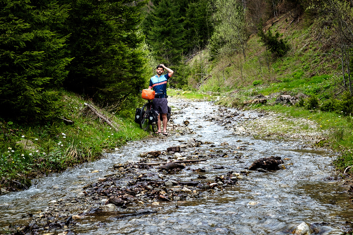 Devant une rivière bosnienne ayant débordé sur la route.