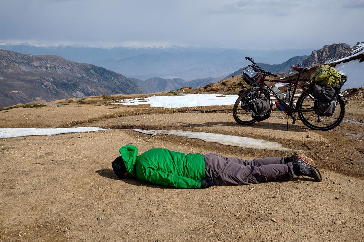 Épuisé, au sommet d'un col au Kirghizistan.