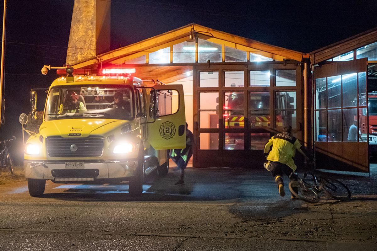 Course contre la montre pour sauter dans le camion chez les pompiers de Freire, au Chili.