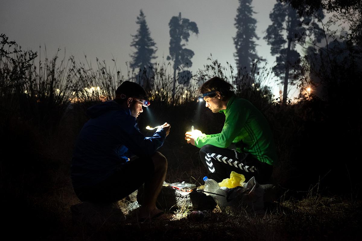 Mon ami Freddy et moi mangeons notre souper à la noirceur après une longue journée de vélo au Chili.