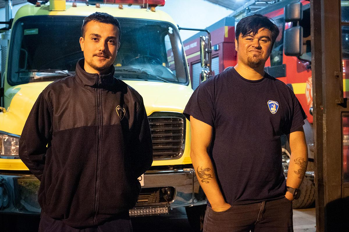 Alejandro (19 ans) et Ricardo (37 ans), deux pompiers au village de Freire.
