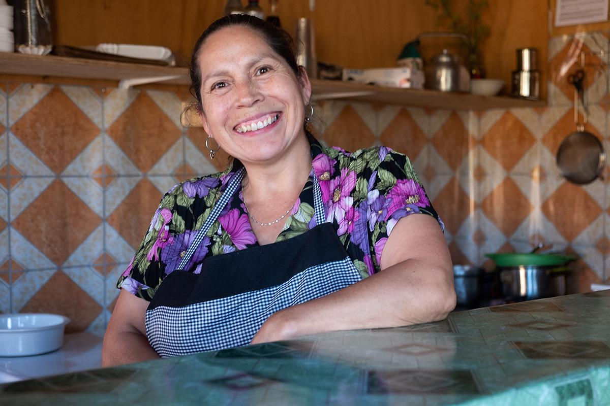 La souriante Margarita, derrière le comptoir de son restaurant à Cañete.