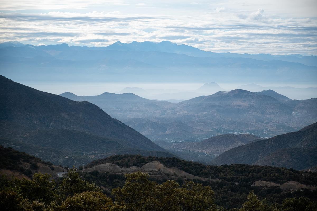 Regard vers l'arrière, où j'aperçois la grande cordillère des Andes au loin.