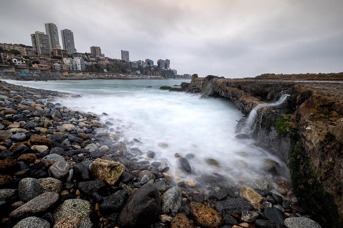 Les vagues en va-et-vient créent des remous au pied de la ville.