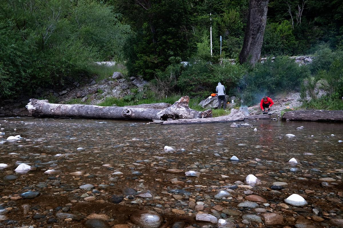 J'ai les deux pieds dans l'eau glacée pour tenter un autre point du vue du campement partagé avec mes deux amis.