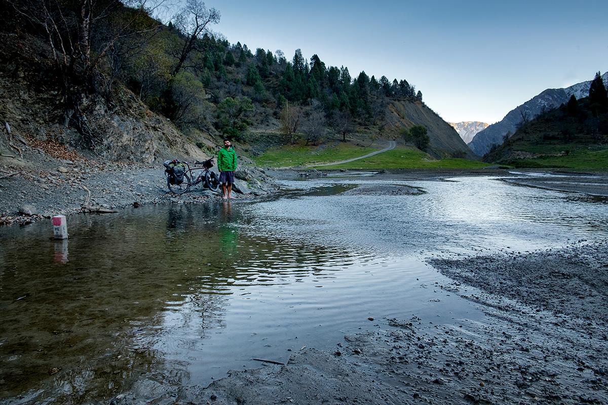 Prendre ses propres photos demande parfois de traverser l'eau pour poser son trépied, revenir sur ses pas et jouer le comédien devant son propre appareil.