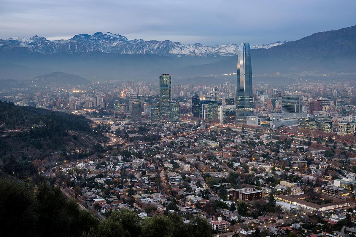 Santiago en hiver, avec la cordillère des Andes en arrière-plan.