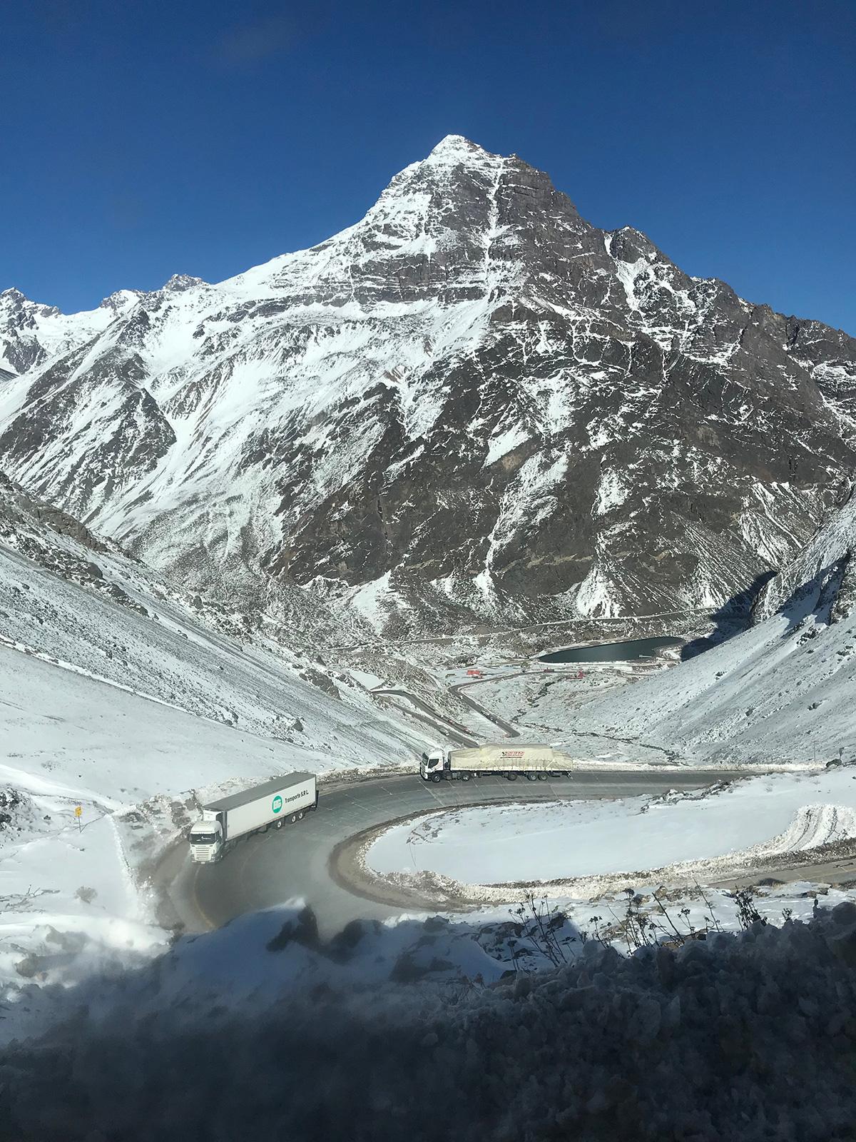La neige dans la longue montée menant au col Los Libertadores, entre l'Argentine et le Chili.