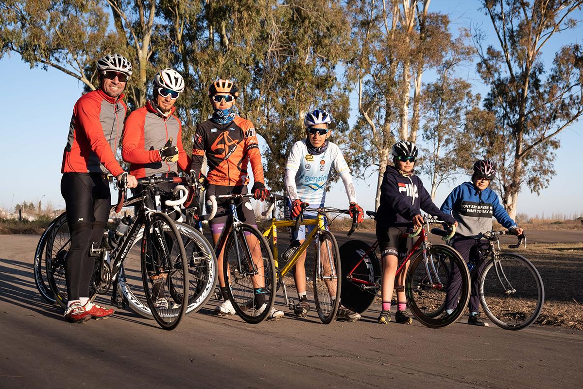Les jeunes et moins jeunes roulant sur la petite piste du vélodrome rural.