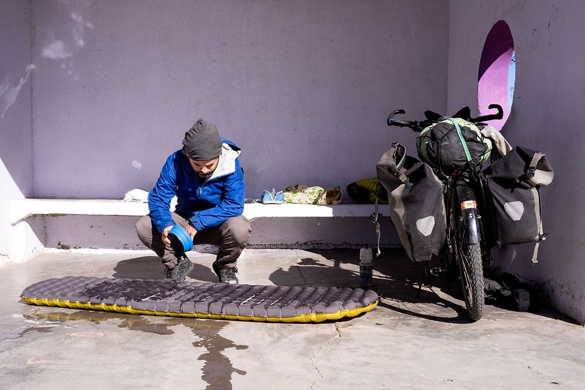 Réparation de bord de chemin de mon matelas. De l'eau savonneuse pour trouver la fuite. Ma colle UV ne sèche qu'au soleil et cette réparation me prendra une bonne heure.