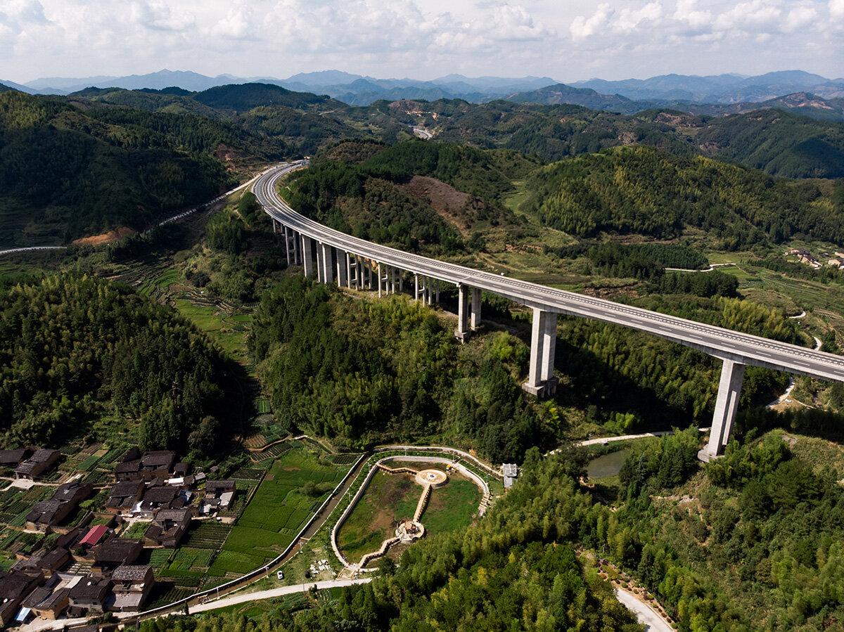 La modernité des infrastructures côtoie souvent des villages pittoresques.