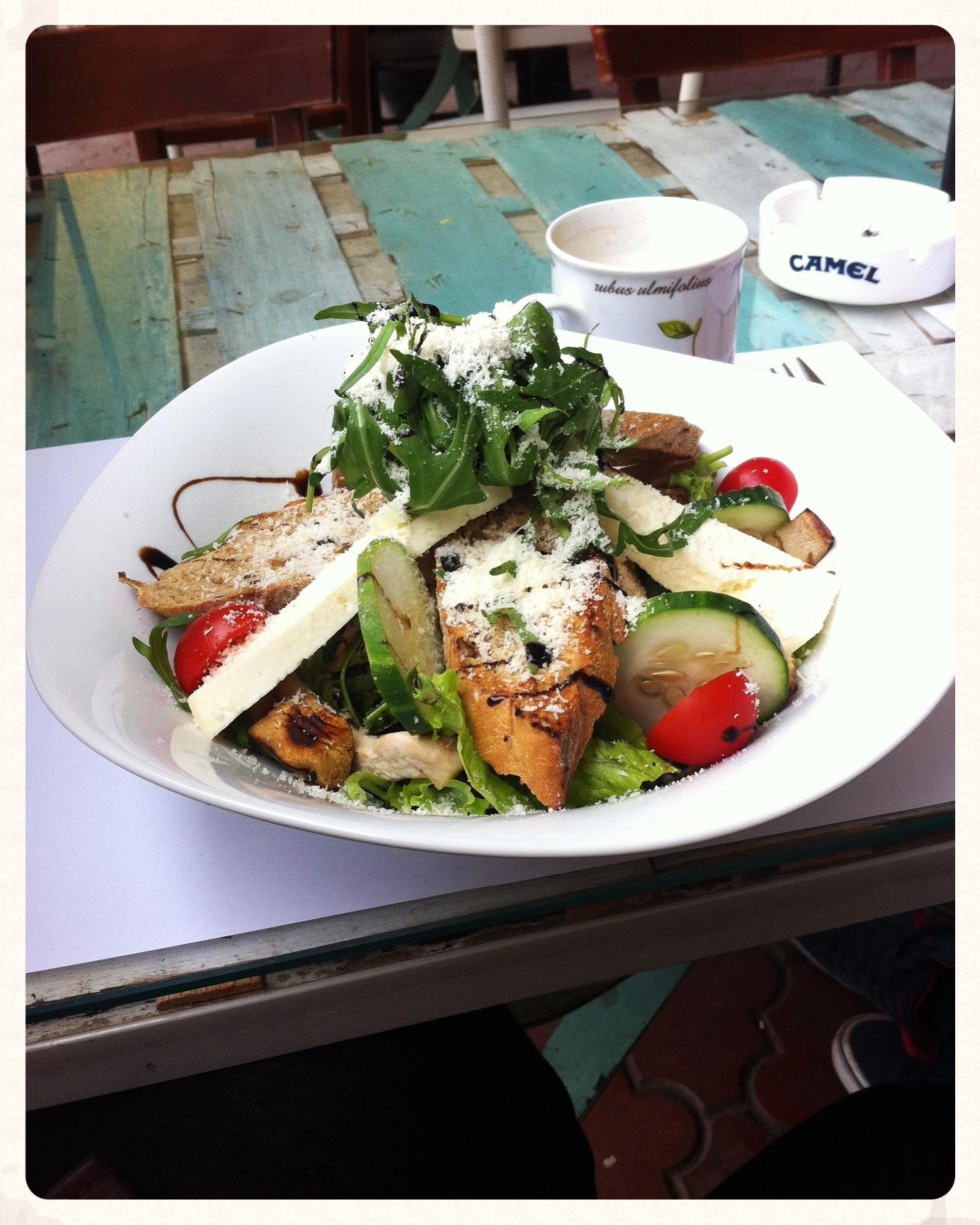 Mijn eerste maaltijd was een kipsalade voor lunch bij  Tezga . Lekker met rucola, tomaatjes, komkommer en harde geitenkaas, die ik grotendeels heb laten liggen om de calorieën, boo.