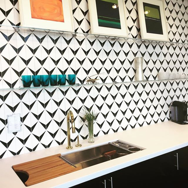 Reminded how much I love @annsacks Tile today. Beautiful black/white marble backsplash! #interiordesign #atx #interiors #austindesigner #annsacks #tile #blackandwhite