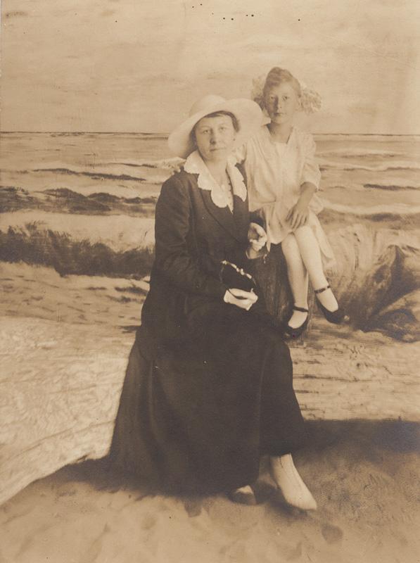 Mrs. Loretta Bennett and daughter Evelyn Bennett, (1915-16).