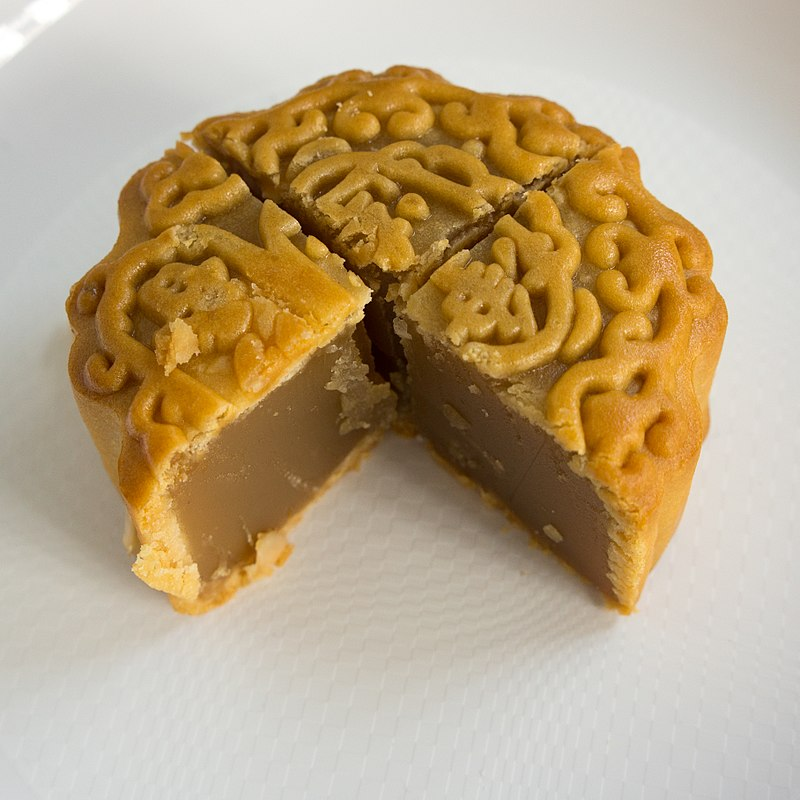 800px-Mooncake_3-4,_lotus_seed_paste.jpg