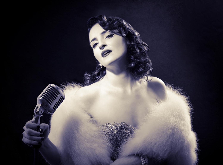 1 1 Glamourous Vintage Singer.jpg