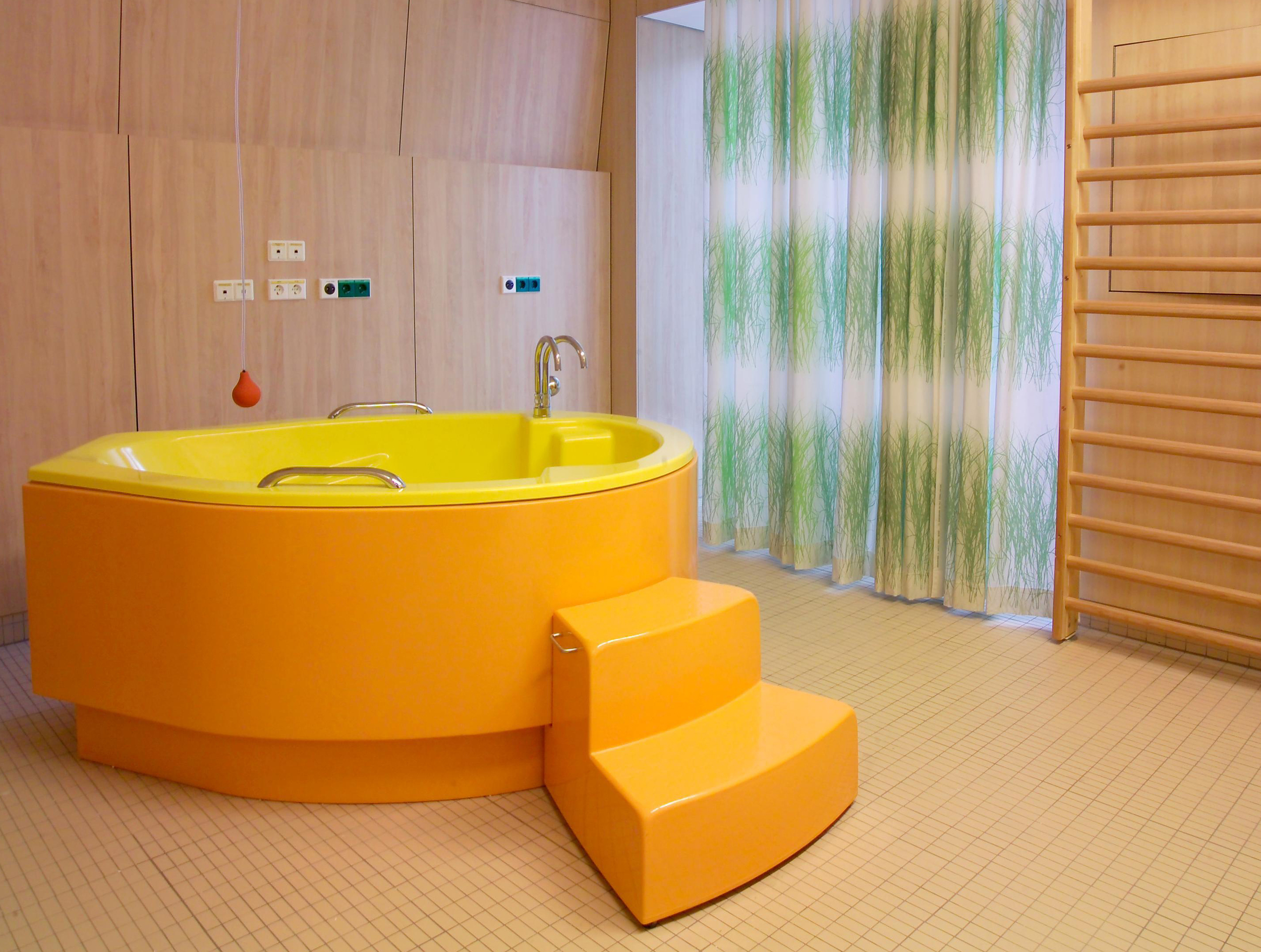 A bathtub - one of the many options for giving birth - in the labor and delivery room at LKH Graz Frauenklinik. Photo: Schwager/LKH-Univ. Klinikum Graz