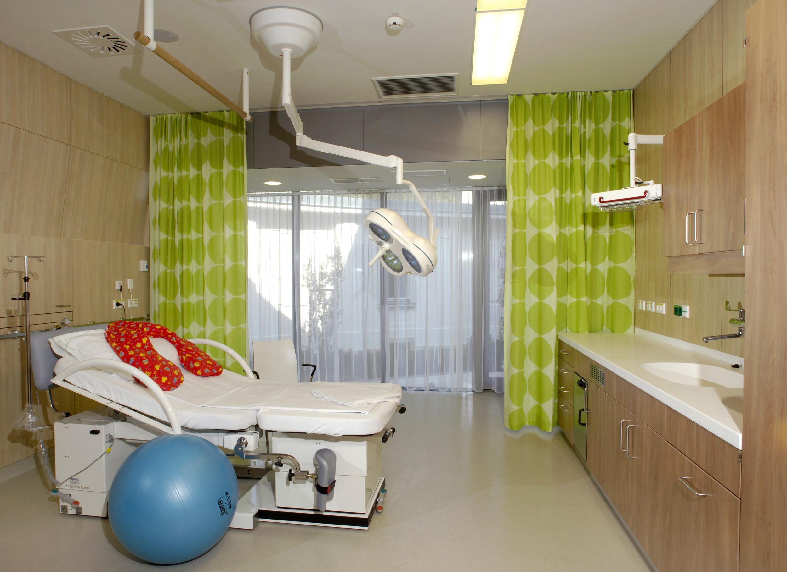 A typical labor and delivery room at LKH Graz Frauenklinik. Photo: Schwager/LKH-Univ. Klinikum Graz
