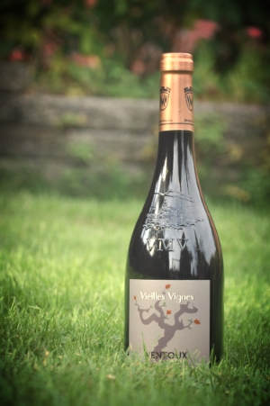 Vieilles Vignes      Druer:   Grenache noir 50%, Syrah 30%, Old Carignan 20%   Om vinen:   Farve: Dyb mørk rubinrød.  Bouquet : Udtryksfuld næse med frugtagtig aroma og pebret typiske for AOC Ventoux vine.  Smag: Afbalanceret og behagelig i ganen med aroma af kogt frugt med strejf af kanel og nellike.   Velegnet til:   De fleste slags kød, charcuteri samt oste.   Andet:   Alkohol: 13,5%  Servering: 16-17 grader  Drikkeklar nu