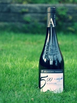 Altitude 500     Druer:   Grenache 75%,Syrah 25%   Om vinen:   Farve:Mørk med lilla nuancer  Bouquet: Generøs og kompleks næse. Modne røde bær og frugter - krydret og ristet aroma og et strejf af lakrids.  Smag: Stor og kraftfuld vin i munden, med en generøs frugt og en smuk aromatisk kompleksitet - aromaer af ristning og lakrids - og elegant tekstur   Velegnet til:   Stege og grillet rødt kød, fjerkræ og lam samt middelstærke oste.   Andet:   Alkohol: 15%  Servering: 17-18 grader  Drikkeklar nu