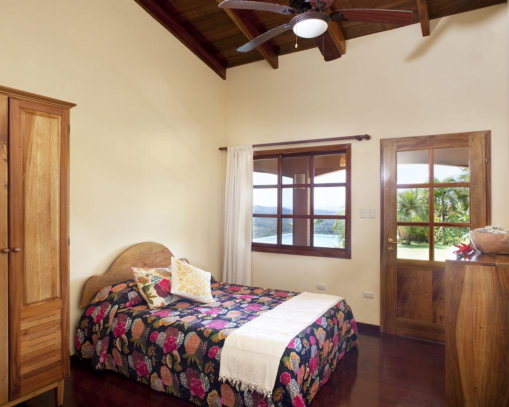 komp-FincaAustria_Villa Mariposa_ room2-1_comp.jpg