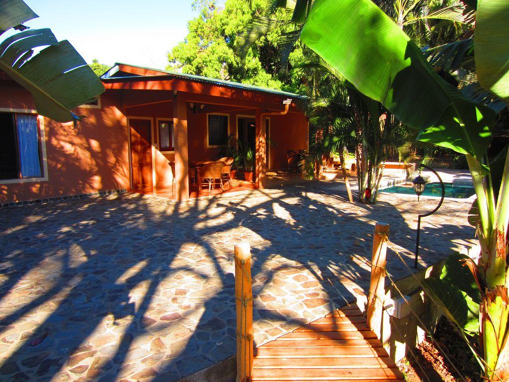 komp-FincaAustria_JungleLodge_terrace-1.JPG