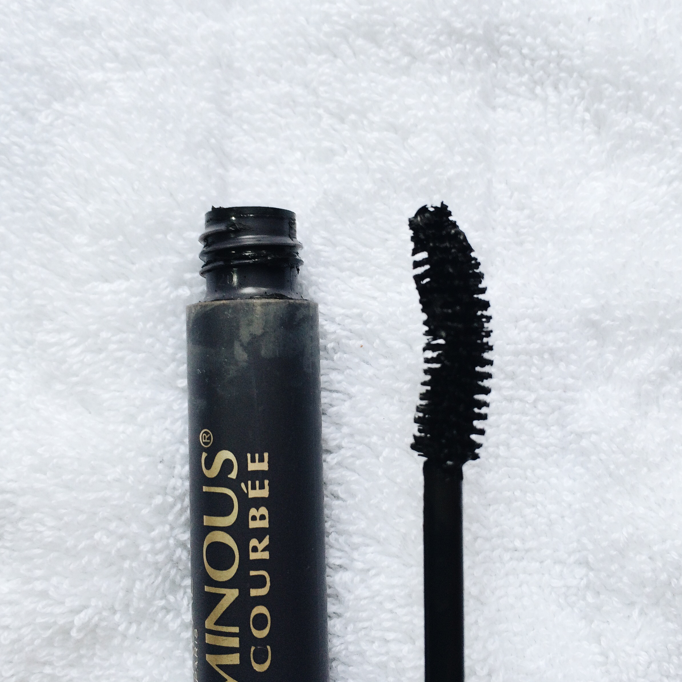 This brush looks like it will pick up a lot of product, meaning, it will really coat my lashes and give that heavy and voluminous effect. The curve of the brush will help give my lashes thatfanned look.