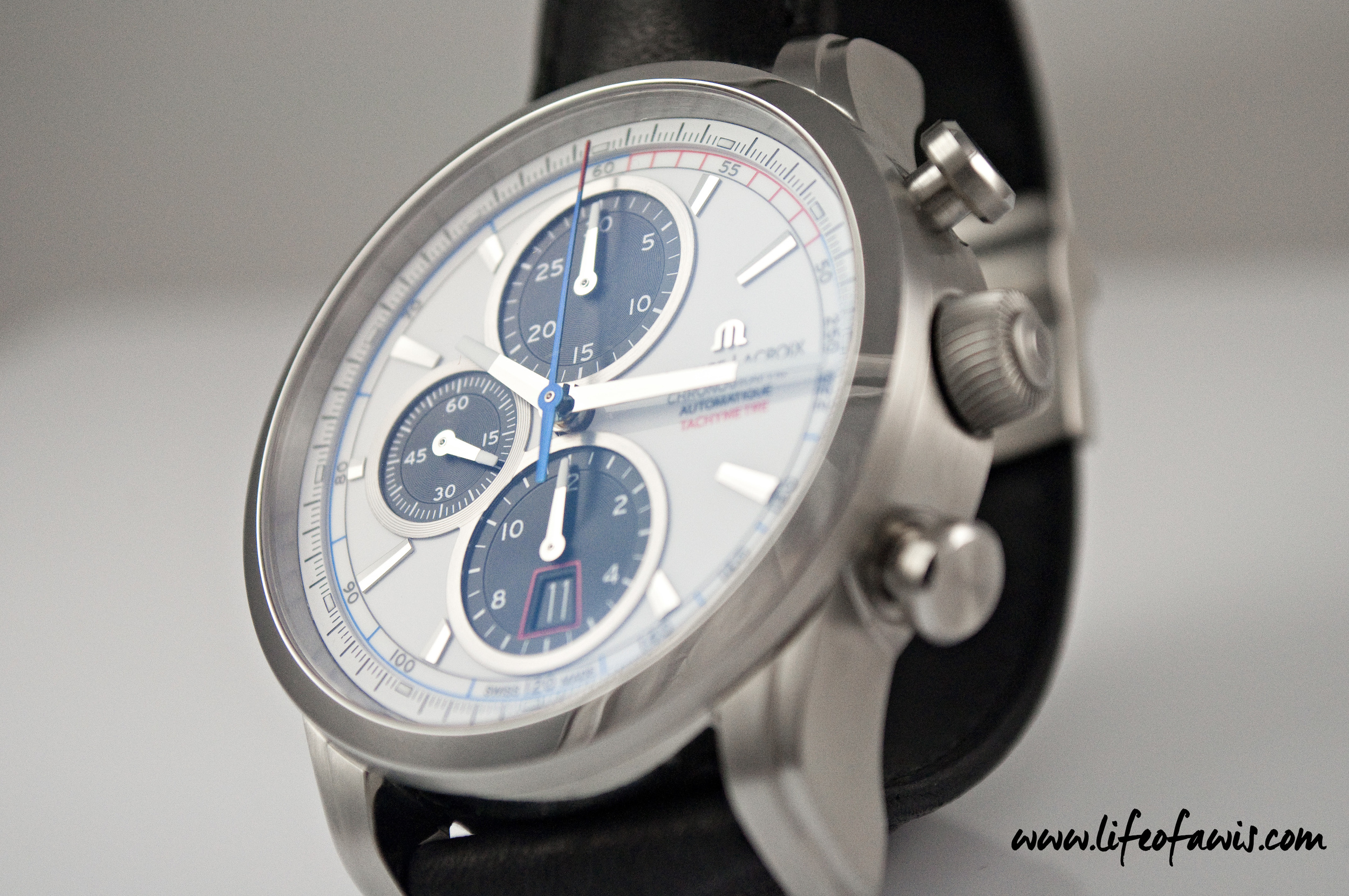 The second hand of the chronometer is deep blue with a red tip.