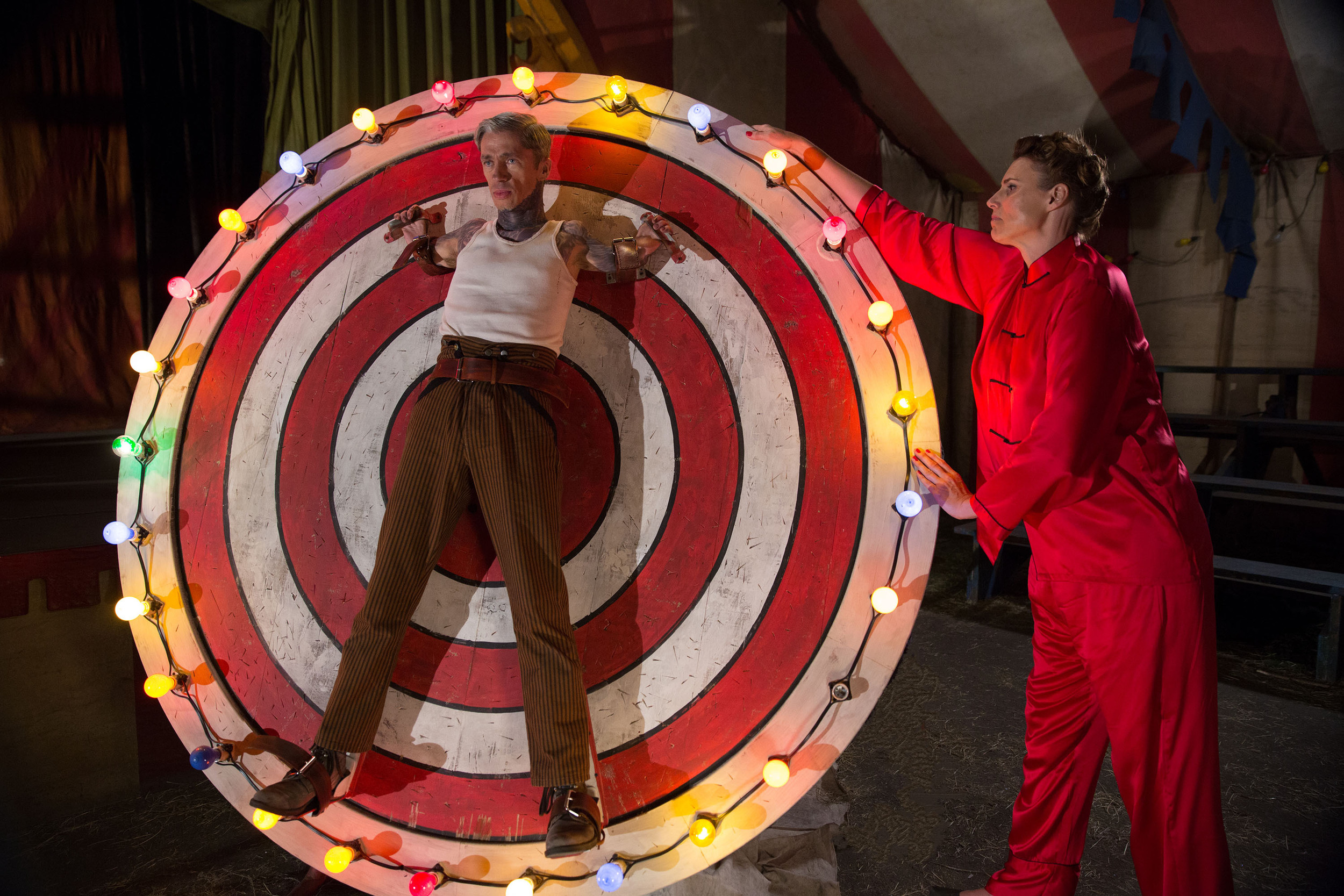 "AMERICAN HORROR STORY: FREAK SHOW ""Bullseye""- Episode 406 (Airs Wednesday, November 12, 10:00 PM e/p) --Pictured: (L-R) Mat Fraser as Paul the Illustrated Seal, Erika Ervin as Amazon Eve. CR: Michele K. Short/FX"