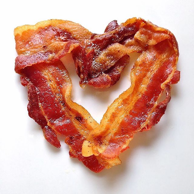 Guys love bacon, almost as much as they love you. Show him that he doesn't have to choose with our #valentinesday gift guide!⬇️ bit.ly/1mtUpkr or tap the link in our bio 🍳🍳 #collegelivingmag