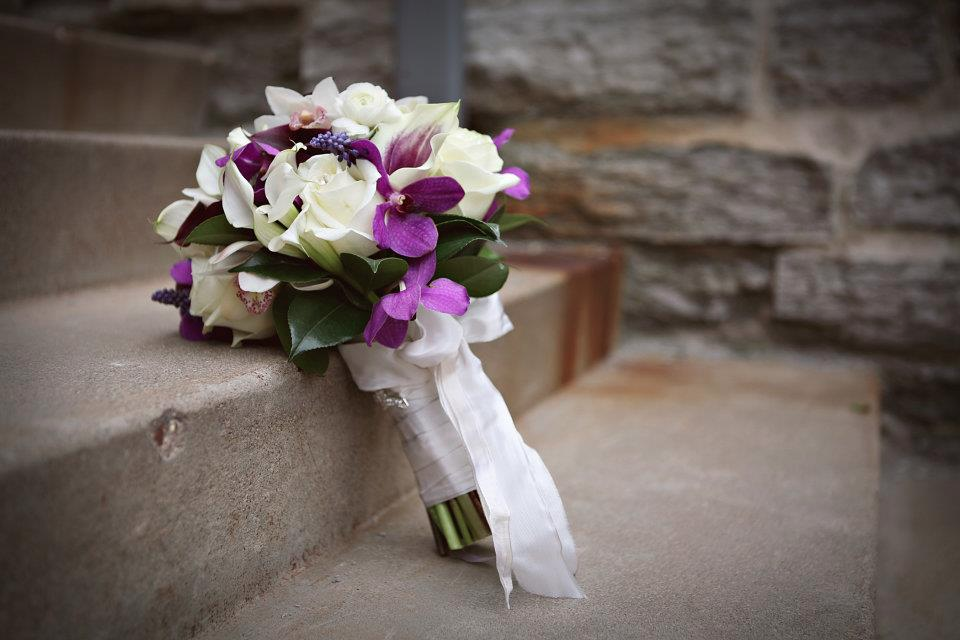 Bouquet on step.png