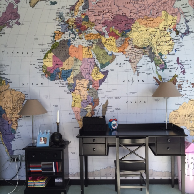 This is a picture of Oliver´s room from when he was 5 years old. I found him this beautiful map of the world at Tapet Cafeen. And we used it, as a way to play with names and places of all the cities and countries where we have been, or where we have relatives who lives. By the age of 6 he knew most of the world from this map.