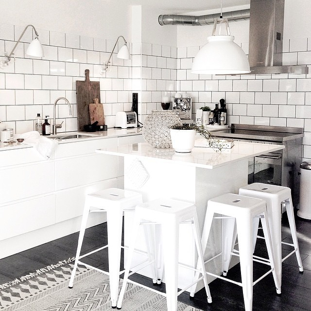Simple tiles kept in white on wall´s and black vucanic tiles for the floor.