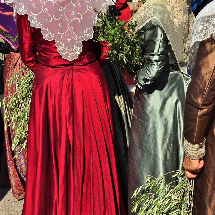 Camargue robes arlesiennes, vins du Domaine de Forêt.jpg