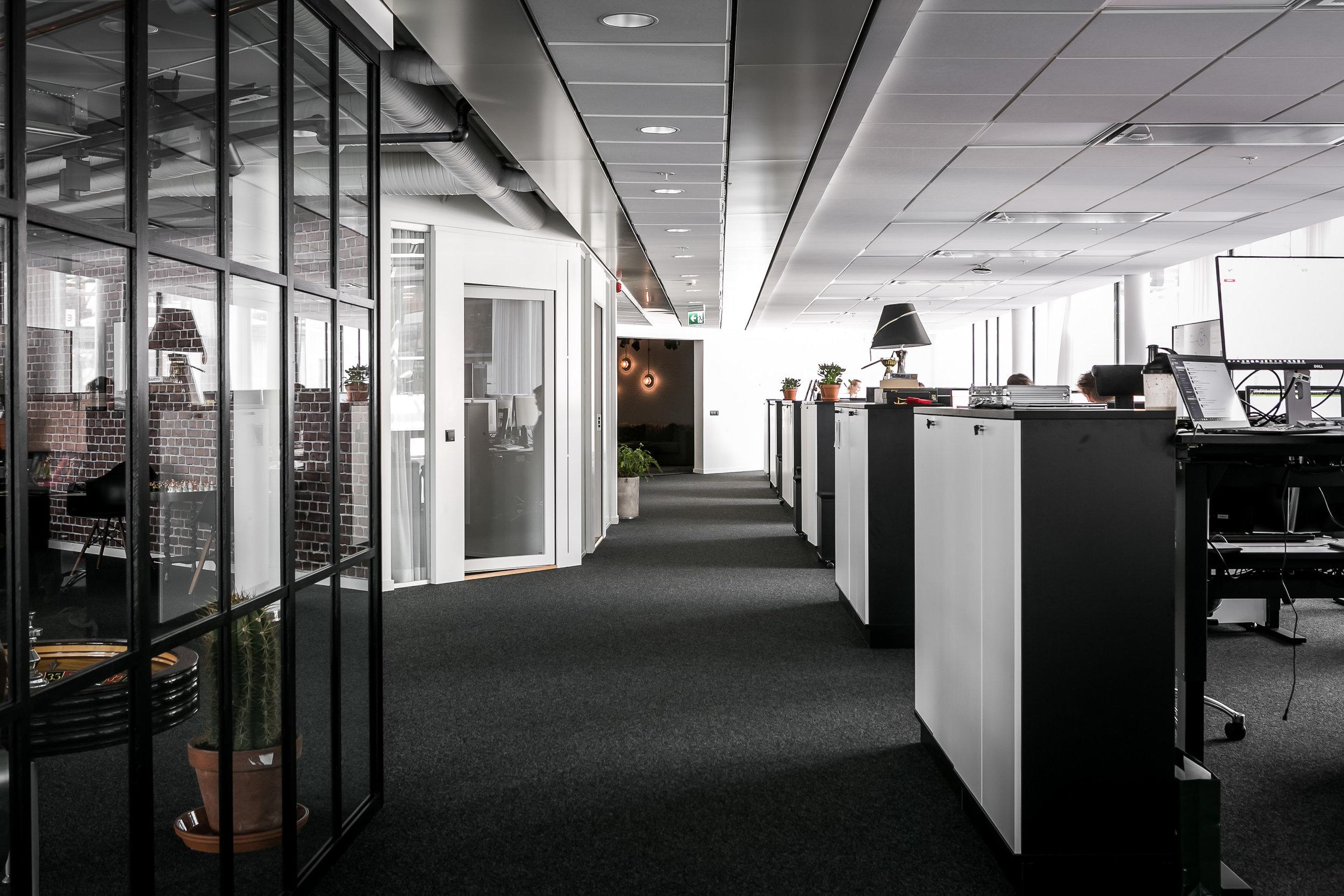 Arbetsytor och samtalsrum.